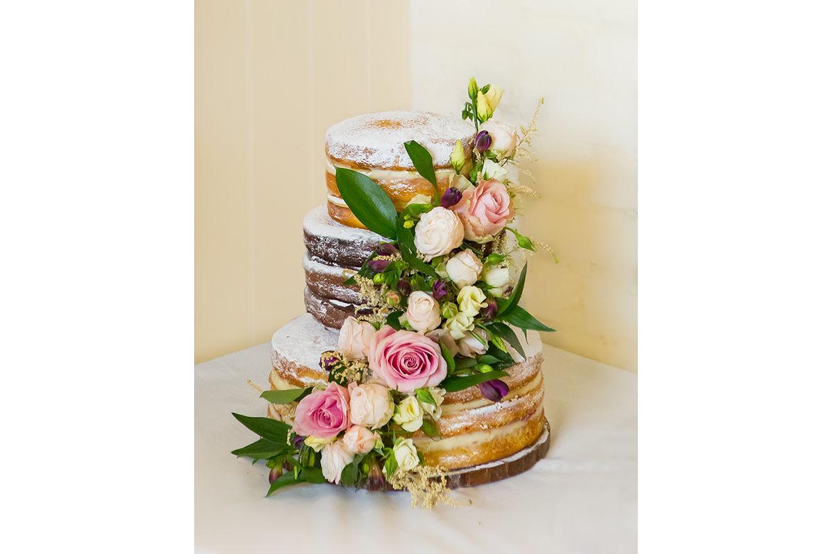 Wedding photography - Wedding cake with roses.